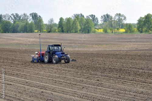 ciągnik sieje w polu