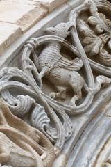 Cattedrale di Trani arco con bassorilievo