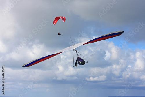 Leinwanddruck Bild Hang Glider and Paraglider