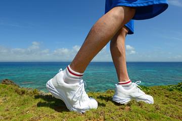 南国の美しいビーチを走る男性