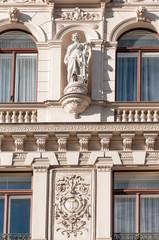 skulptur an der fassade eines altes hauses in wien
