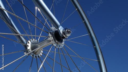Rueda De Bicicleta Y Cielo Azul - 64460218
