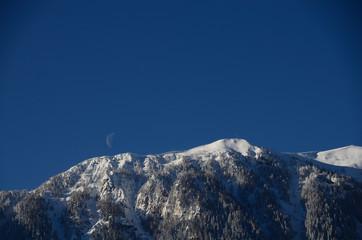 berg mit schnee und mond