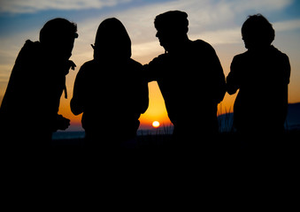 Silhouetten vor Sonnenuntergang
