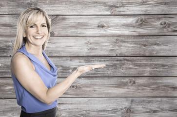 Ältere lachende Frau auf Holzhintergrund: Promotion