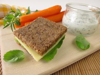 Vollkornbrot und Möhren mit Kräuter-Joghurt