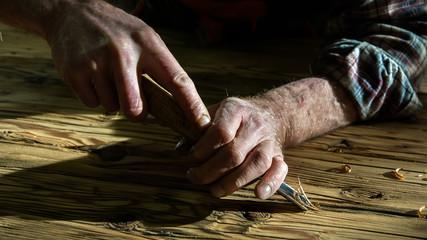 mani di un falegname al lavoro