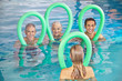 Aquafitness im Pool mit Senioren
