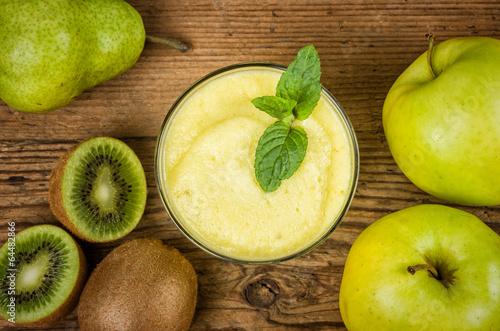Obstsmoothie mit frischen Zutaten