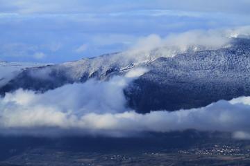Montagnes du Jura sous les nuages