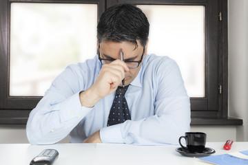 Uomo in ufficio preoccupato per la sua azienda