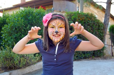 ragazza imita tigre