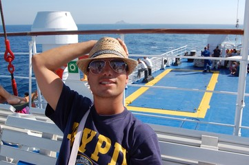 ragazzo su traghetto