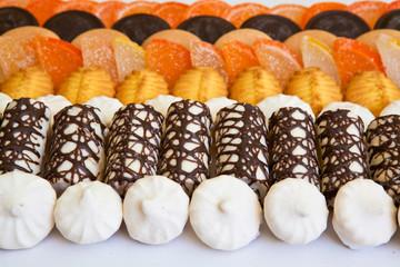 Разнообразие сладостей выложенные в ряд