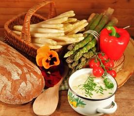 Spargelsüppchen mit Brot