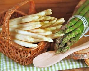 grüner und weißer Spargel