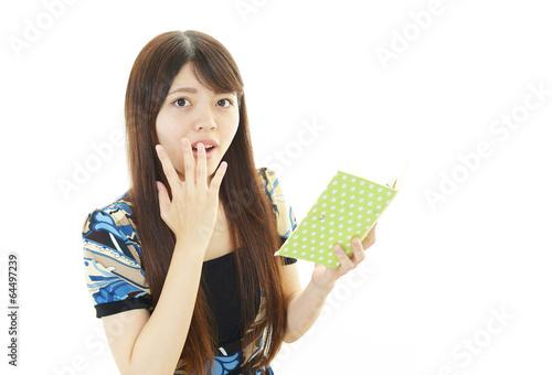 手帳を持つ女性