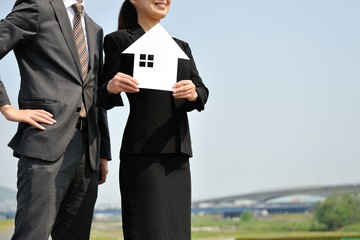 住宅を紹介する男女のビジネスマン