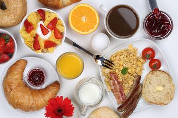 Frühstück mit Müsli, Kaffee, Rührei, Früchten und Brötchen