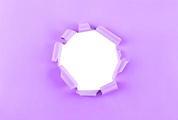 Loch in lila Papier