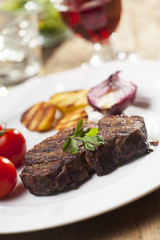 Gegrilltes Steak mit Kartoffeln auf einem Teller