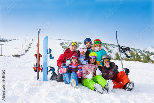 Papiers peints Glisse hiver Seven smiling friends wearing goggles