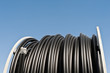 Eine grosse Rolle Kabelschutzrohr unter blauem Himmel