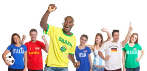 Torjubel eines brasilianischen Fussballfans mit anderen Fans