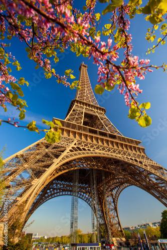 Leinwanddruck Bild Eiffel Tower during spring time in Paris, France
