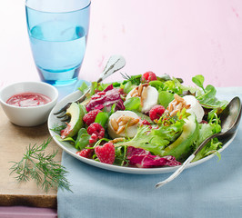Salad with goat cheese and raspberry