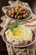 hummus und oliven