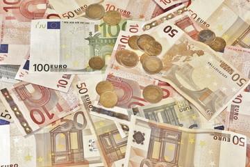 bargeld, geldschein und münzen vollflächig am tisch