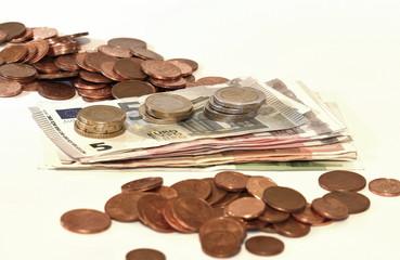 Bargeld, Geldbündel und münzhaufen am tisch