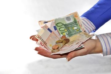 zwei hände voll geld, bargeld mit zwei händen gehalten
