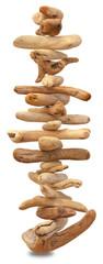 empilement de bois flottés en équilibre sur fond blanc