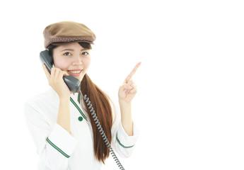 受話器を持つウェイトレス