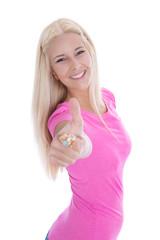 Glückliches junges Mädchen in Rosa mit Daumen hoch isoliert