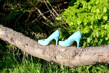 Blaue Stöckelschuhe balancieren