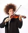 Joven estilo afro tocando violín.músico.