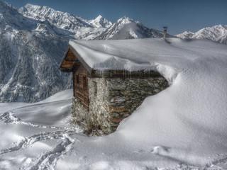 eingeschneite Berghütte in HDR