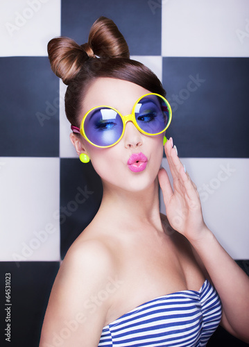 Attractive surprised young woman wearing sunglasses - 64531023