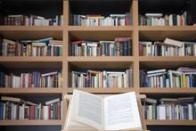 Livre ouvert sur la bibliothèque avec base 2
