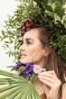 Frau mit einer Blumendekoration