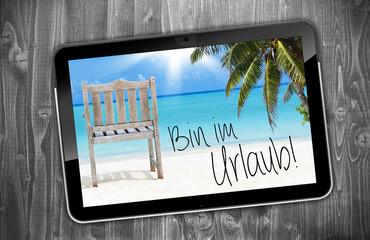 Tablet mit Bin im Urlaub