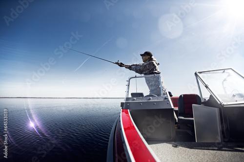 Aluminium Jacht Men is fishing at the boat