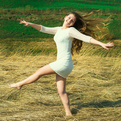 Красивая веселая девушка активно отдыхает на природе