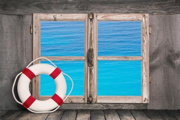 Meerblick: Sommerlicher Hintergrund mit Fenster und Meer