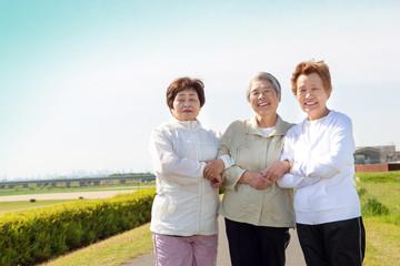 仲の良い高齢者3人