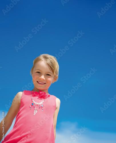 Kleines Mädchen vor blauem Himmel
