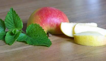 Zitronenmelisse und Apfel